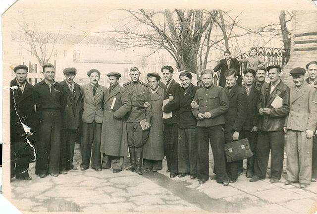 Вальтер Мнацаканов поделился фотографией студентов первых послевоенных лет.