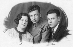 Екатерина Ароновна Гольдштейн с сыновьями Марком и Левой. 1946 год